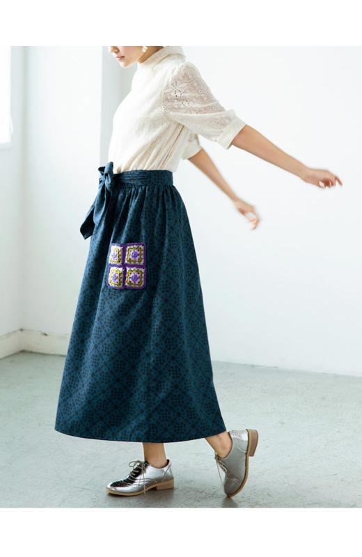 haco! haco.FACTORY G.N.P. あたたかな手作業 モチーフポケットのマキシ丈スカート <ブラック×ブルー>の商品写真2