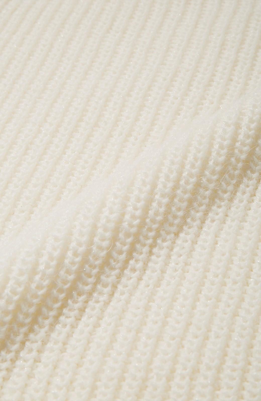 エムトロワ MADE INイタリアの糸を使った 女らしさ薫る上品ラメのVネックニット <オフホワイト>の商品写真3
