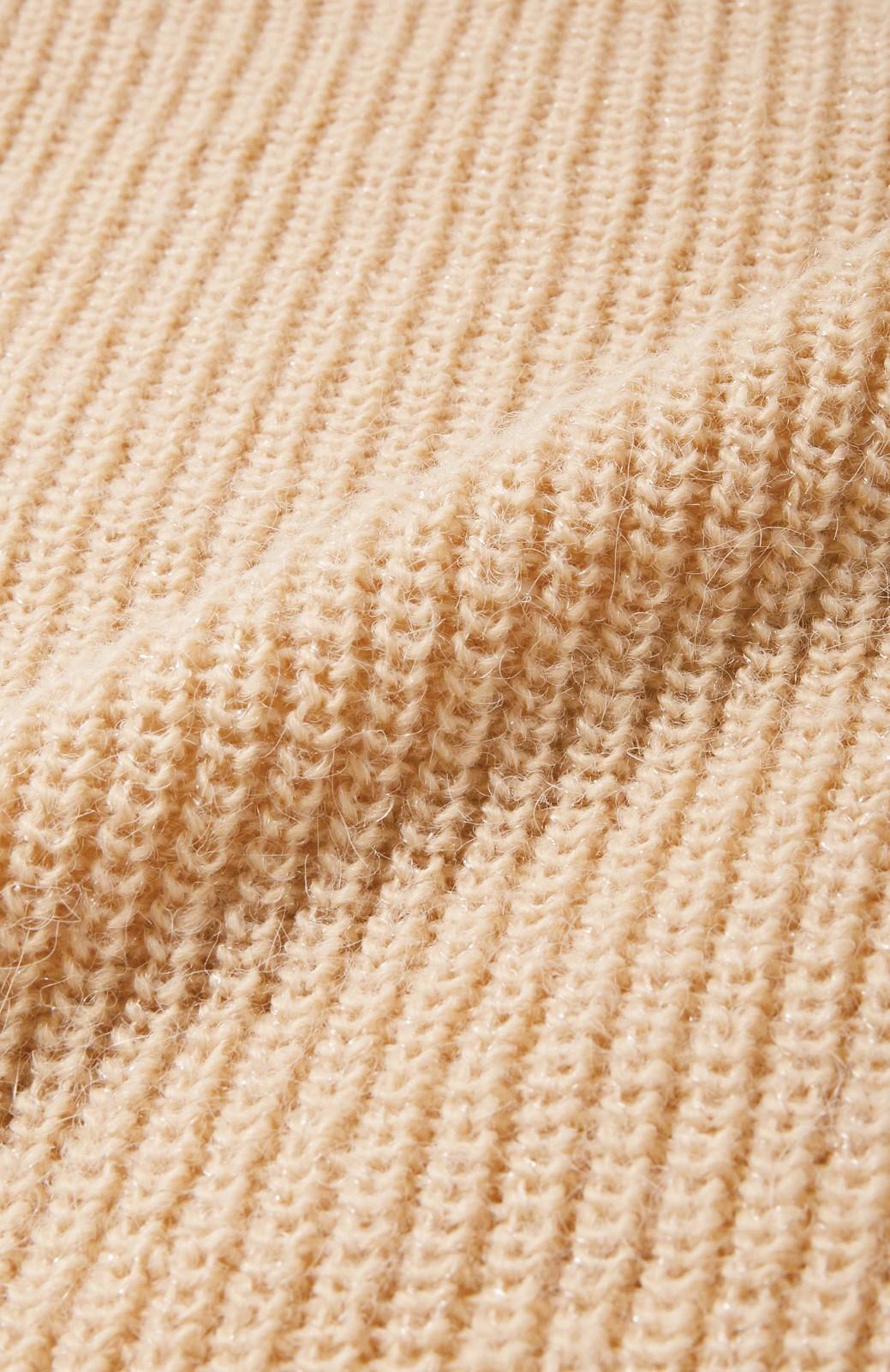エムトロワ MADE INイタリアの糸を使った 女らしさ薫る上品ラメのVネックニット <ベージュ>の商品写真8