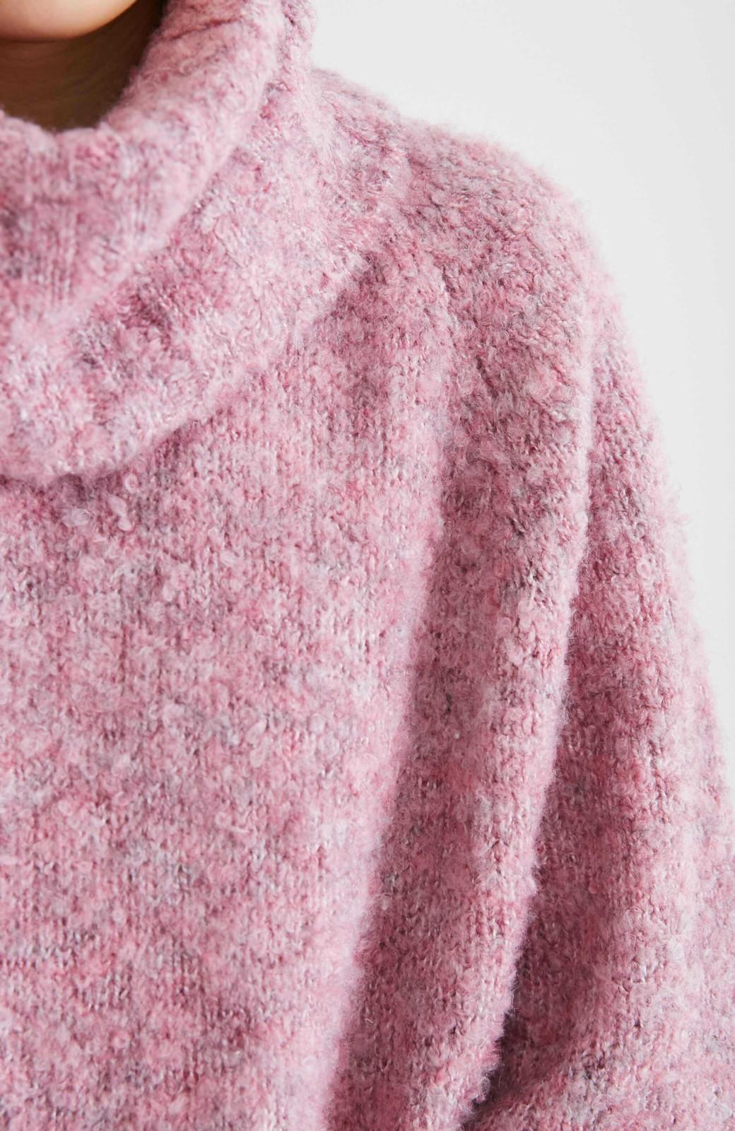 エムトロワ ふんわりブークレ素材のオフタートルニット <ピンク>の商品写真16