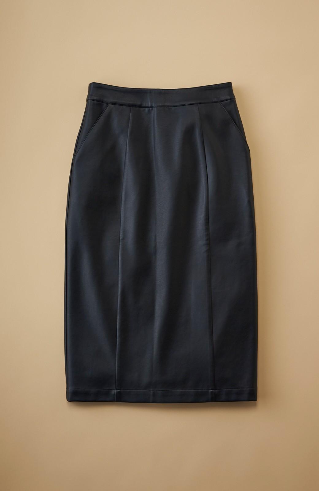 haco! どんなにカジュアルなものを合わせても女らしくなれる、フェイクレザーのタイトスカート by que made me <ブラック>の商品写真1