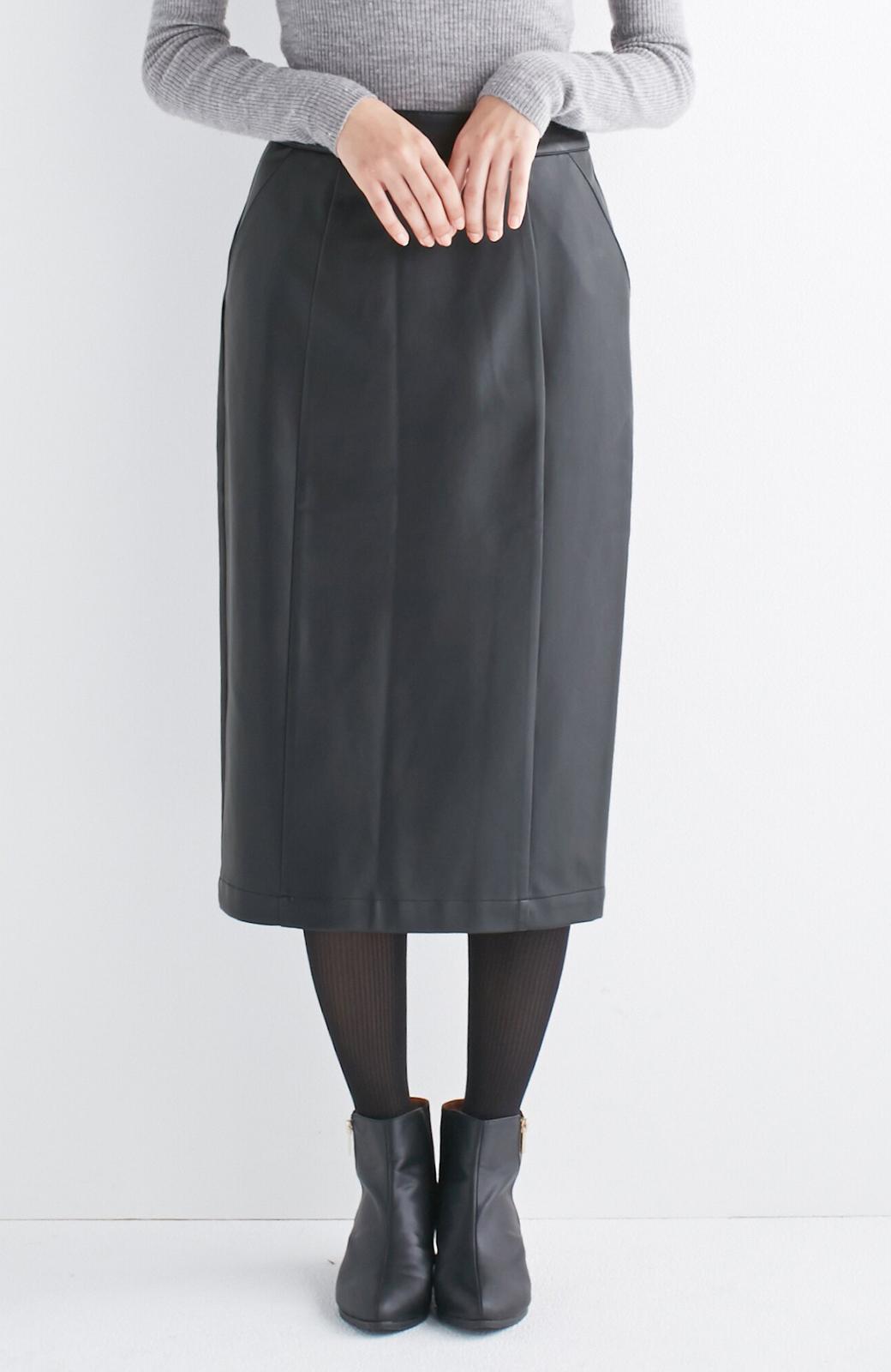 haco! どんなにカジュアルなものを合わせても女らしくなれる、フェイクレザーのタイトスカート by que made me <ブラック>の商品写真2