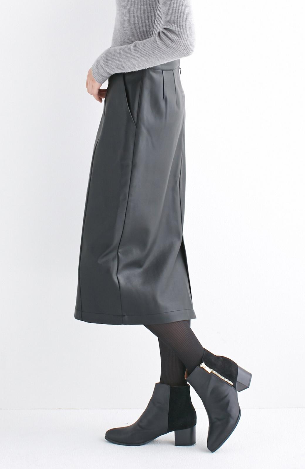 haco! どんなにカジュアルなものを合わせても女らしくなれる、フェイクレザーのタイトスカート by que made me <ブラック>の商品写真3