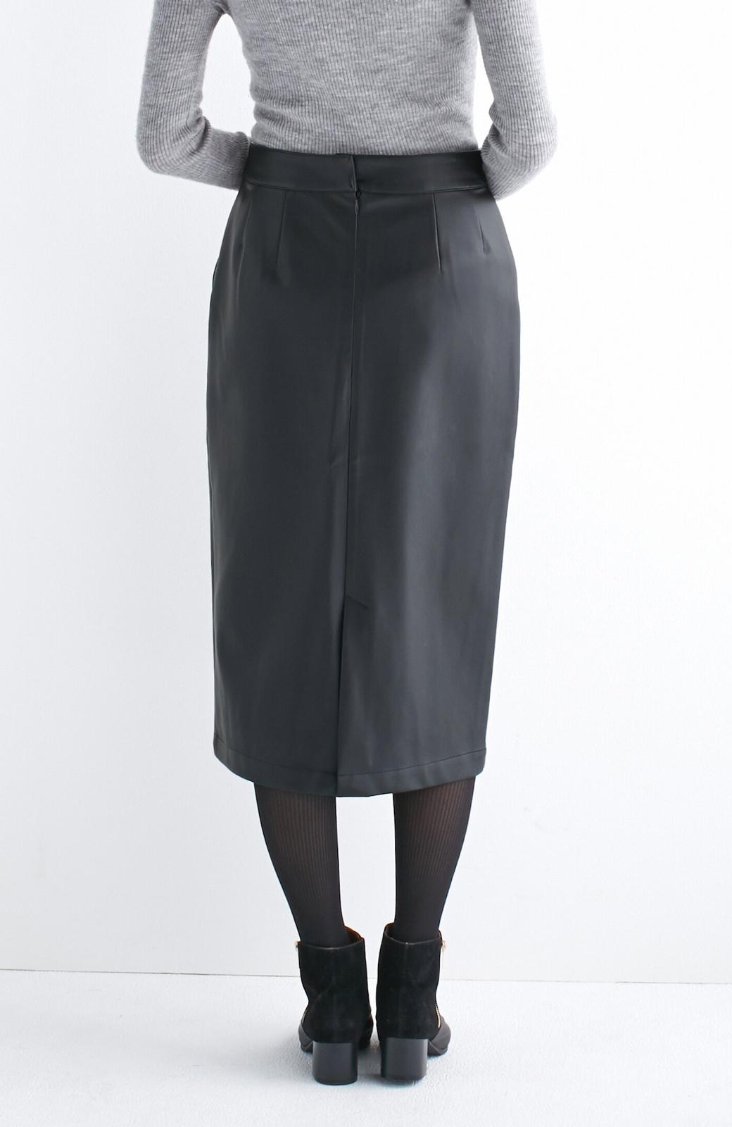 haco! どんなにカジュアルなものを合わせても女らしくなれる、フェイクレザーのタイトスカート by que made me <ブラック>の商品写真4