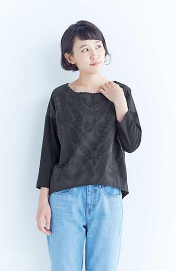 エムトロワ こう見えて動きやすい、袖だけカットソーの華やか刺しゅうブラウス <ブラック>の商品写真