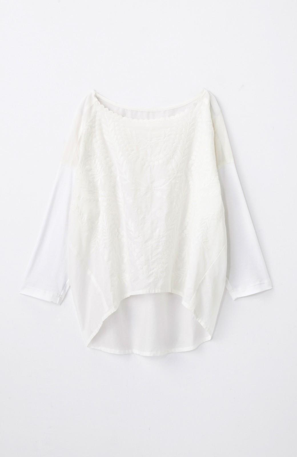 エムトロワ こう見えて動きやすい、袖だけカットソーの華やか刺しゅうブラウス <ホワイト>の商品写真1