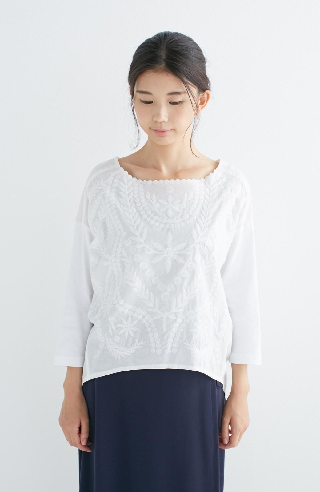 エムトロワ こう見えて動きやすい、袖だけカットソーの華やか刺しゅうブラウス <ホワイト>の商品写真14
