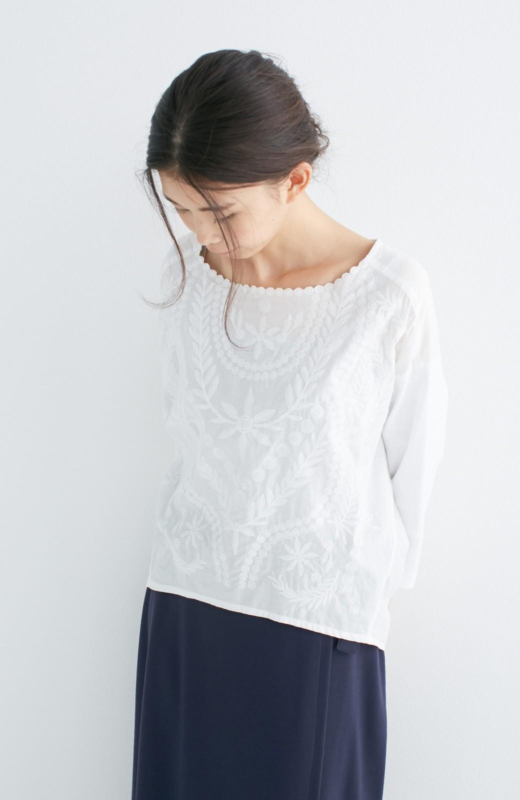 エムトロワ こう見えて動きやすい、袖だけカットソーの華やか刺しゅうブラウス <ホワイト>の商品写真15