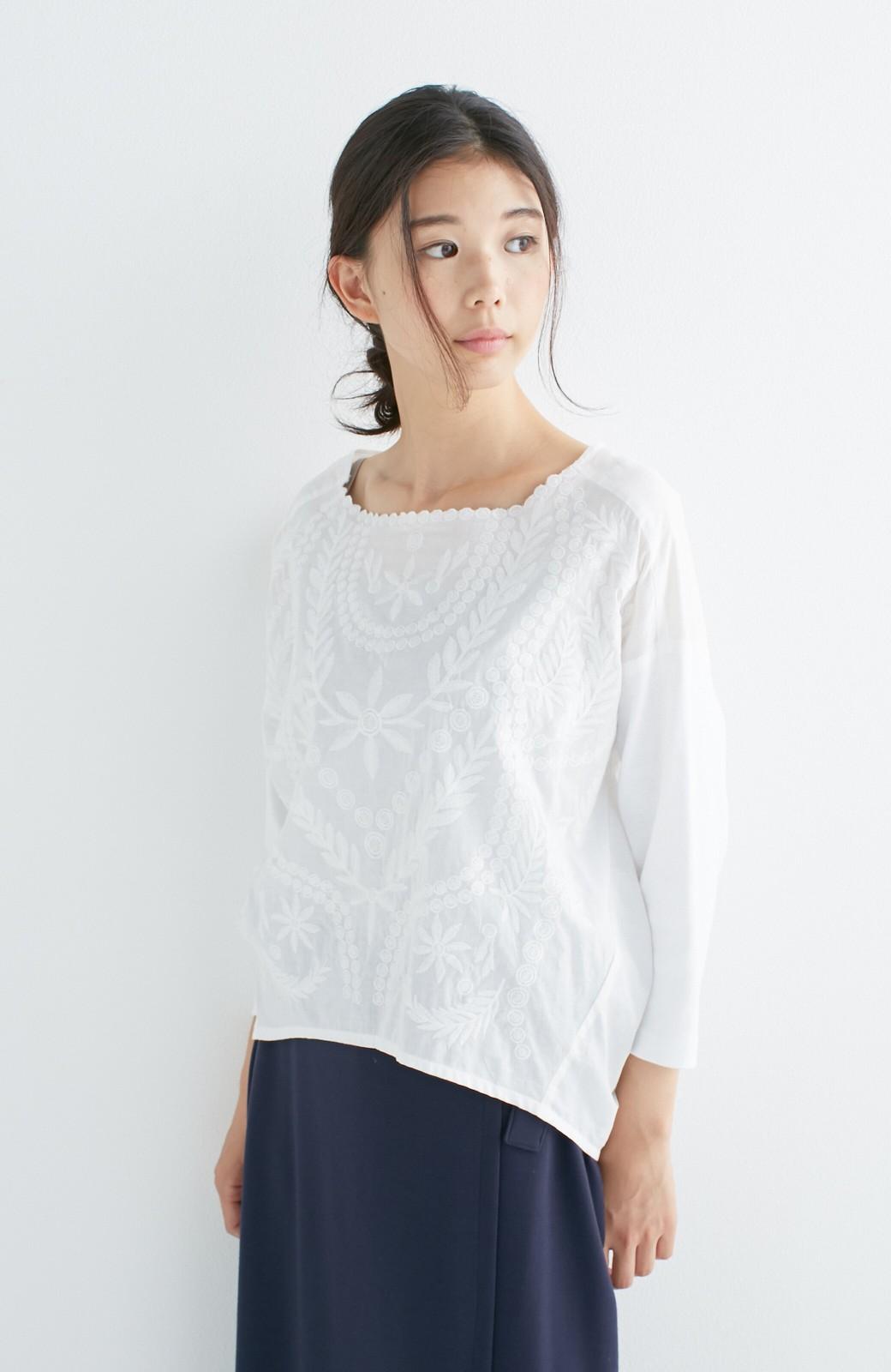 エムトロワ こう見えて動きやすい、袖だけカットソーの華やか刺しゅうブラウス <ホワイト>の商品写真16