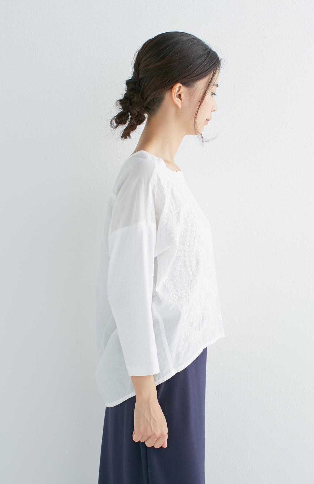 エムトロワ こう見えて動きやすい、袖だけカットソーの華やか刺しゅうブラウス <ホワイト>の商品写真17