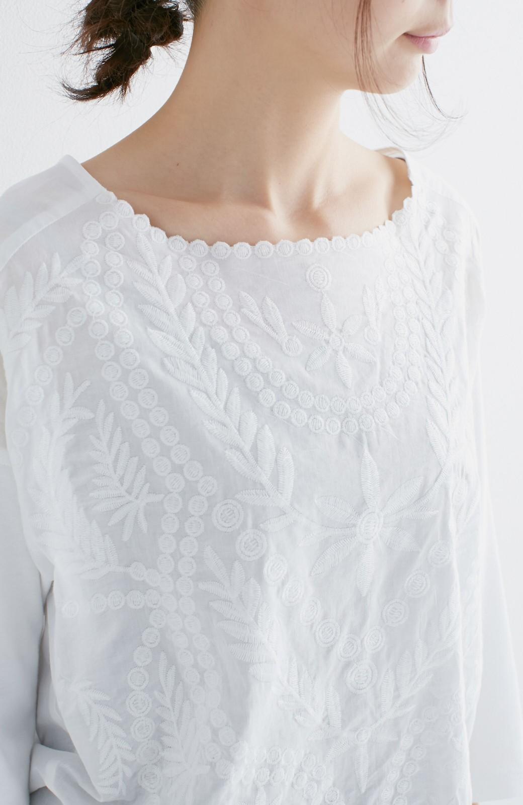エムトロワ こう見えて動きやすい、袖だけカットソーの華やか刺しゅうブラウス <ホワイト>の商品写真19