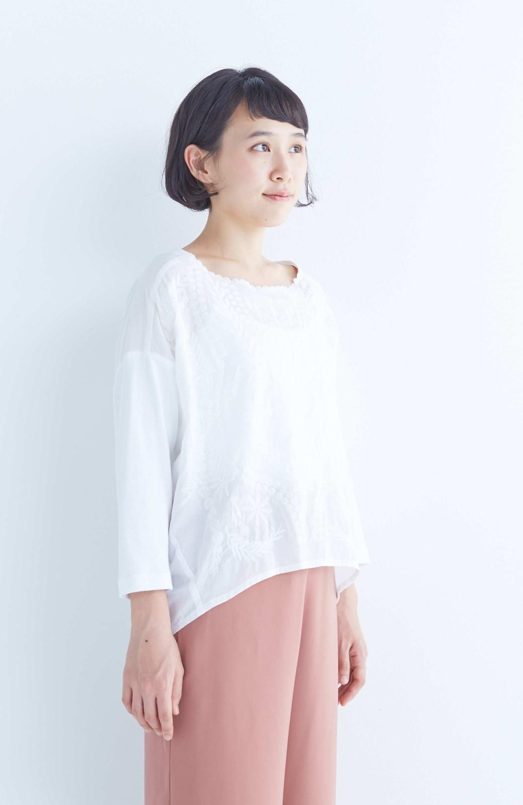 エムトロワ こう見えて動きやすい、袖だけカットソーの華やか刺しゅうブラウス <ホワイト>の商品写真8