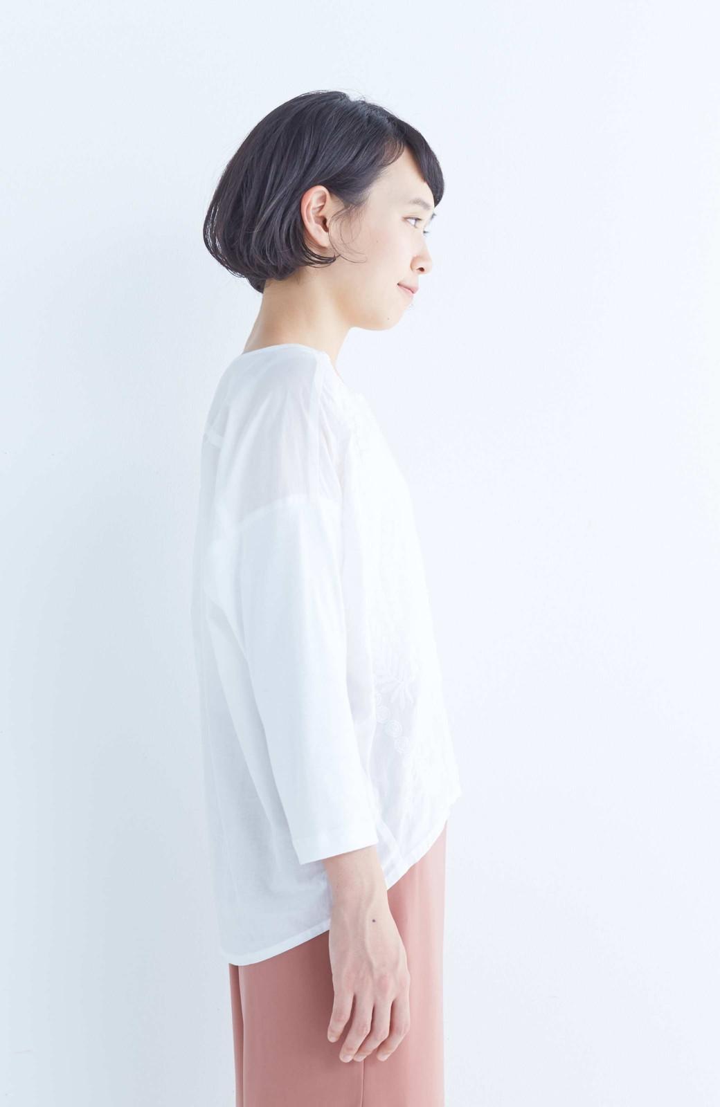 エムトロワ こう見えて動きやすい、袖だけカットソーの華やか刺しゅうブラウス <ホワイト>の商品写真10