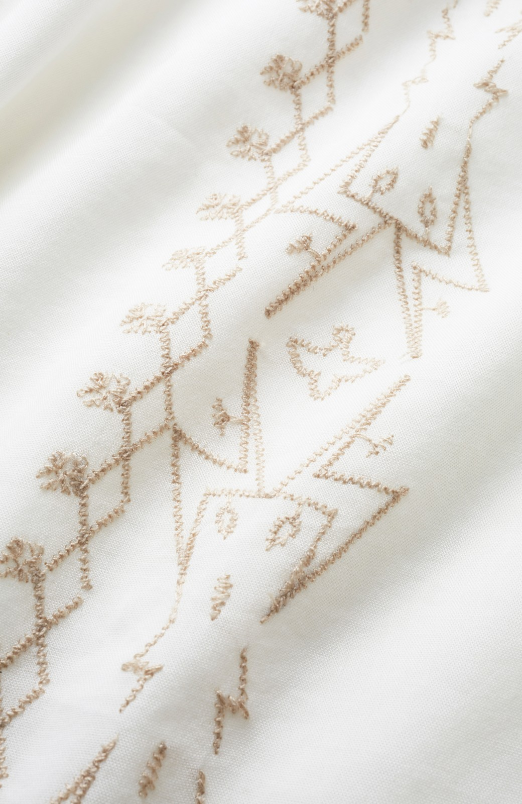 nusy 女っぽく刺しゅうを楽しむギャザーブラウス  <ホワイト>の商品写真2