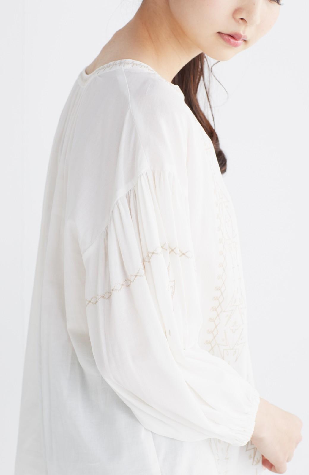 nusy 女っぽく刺しゅうを楽しむギャザーブラウス  <ホワイト>の商品写真19