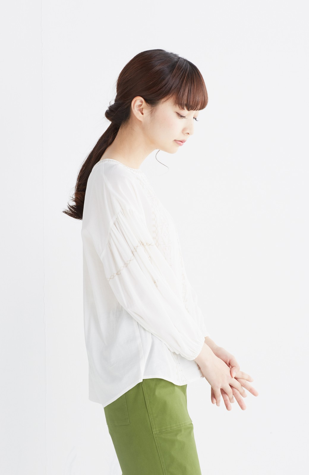 nusy 女っぽく刺しゅうを楽しむギャザーブラウス  <ホワイト>の商品写真15