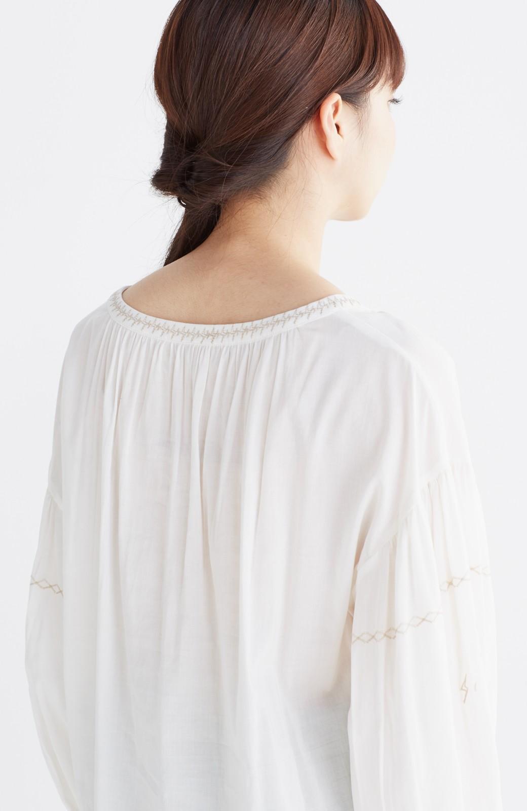 nusy 女っぽく刺しゅうを楽しむギャザーブラウス  <ホワイト>の商品写真17