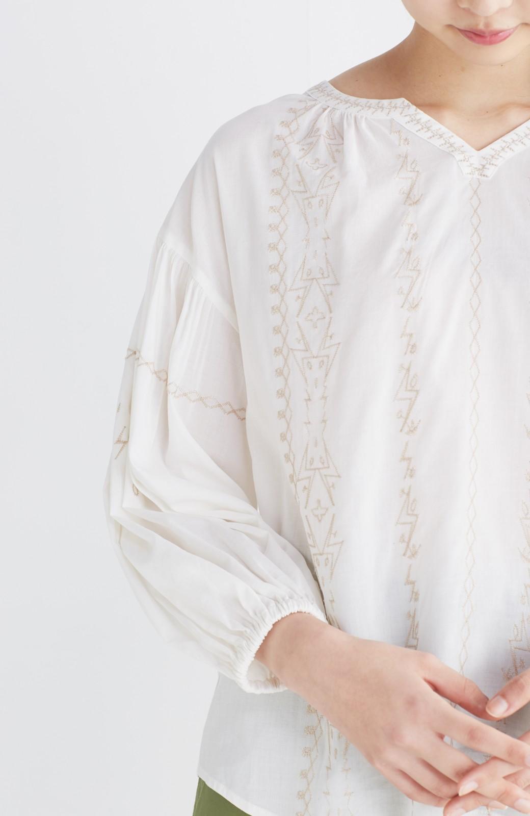 nusy 女っぽく刺しゅうを楽しむギャザーブラウス  <ホワイト>の商品写真18