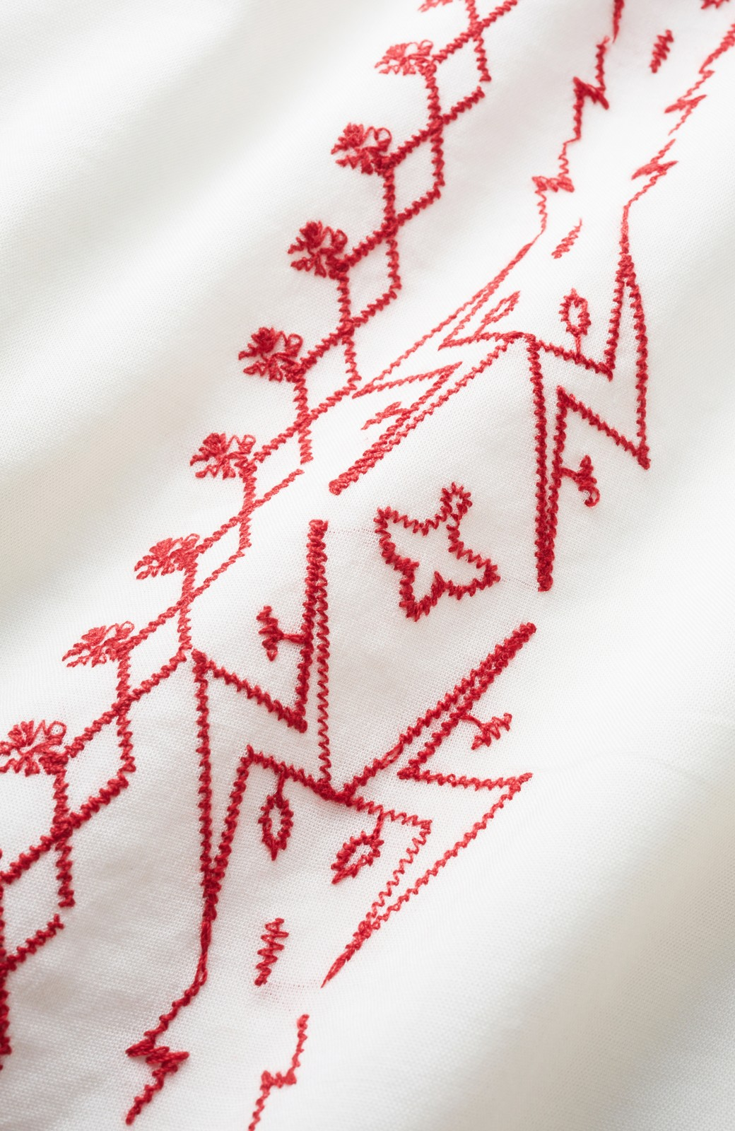 nusy 【mer6月号掲載】女っぽく刺しゅうを楽しむギャザーブラウス  <ホワイト×レッド>の商品写真2