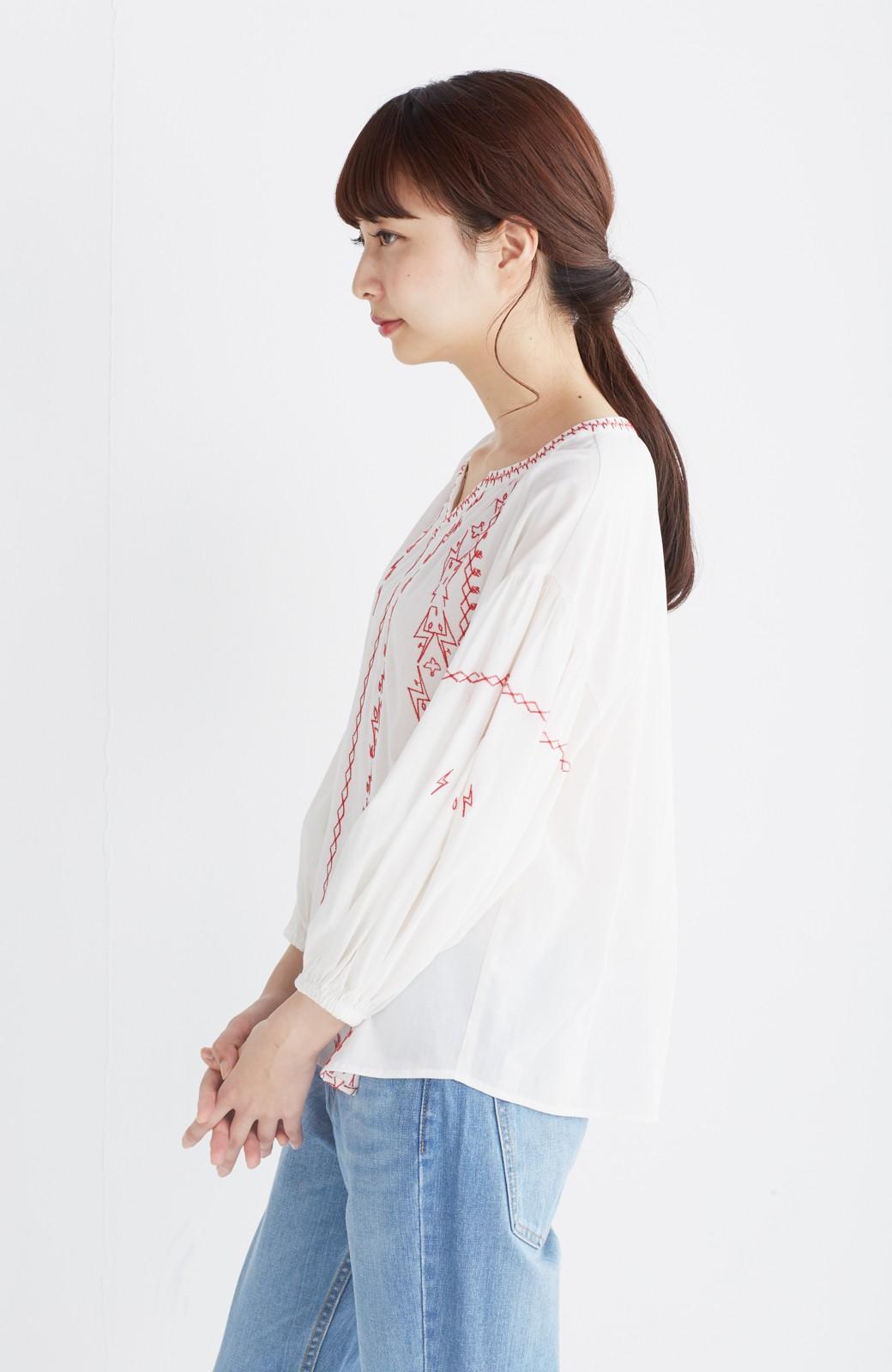 nusy 【mer6月号掲載】女っぽく刺しゅうを楽しむギャザーブラウス  <ホワイト×レッド>の商品写真12