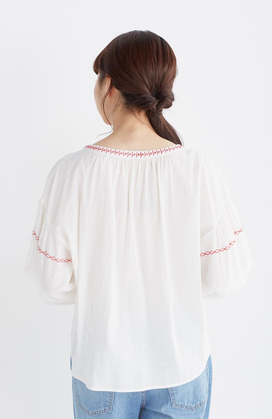 nusy 【mer6月号掲載】女っぽく刺しゅうを楽しむギャザーブラウス  <ホワイト×レッド>の商品写真13