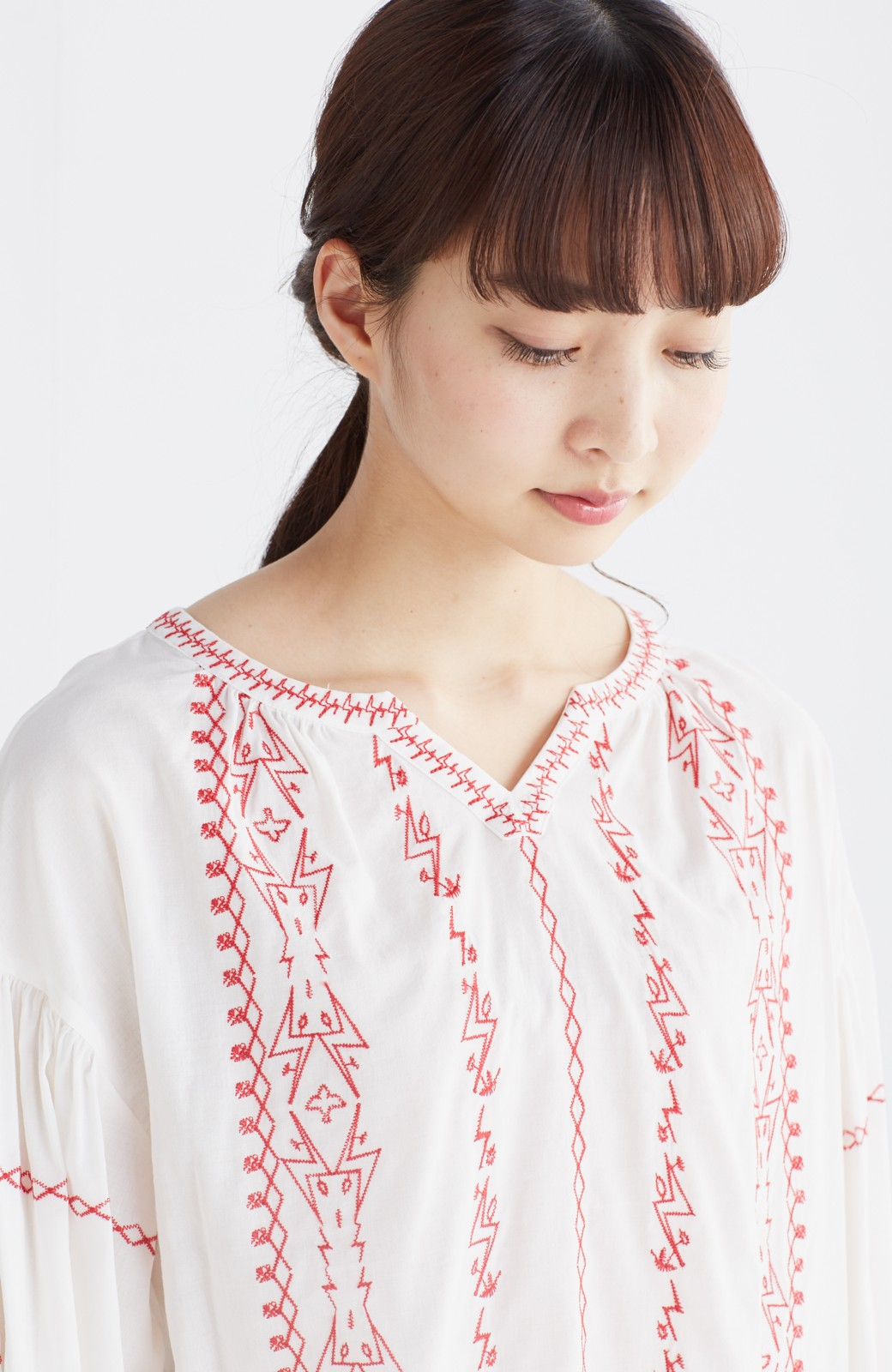 nusy 【mer6月号掲載】女っぽく刺しゅうを楽しむギャザーブラウス  <ホワイト×レッド>の商品写真14