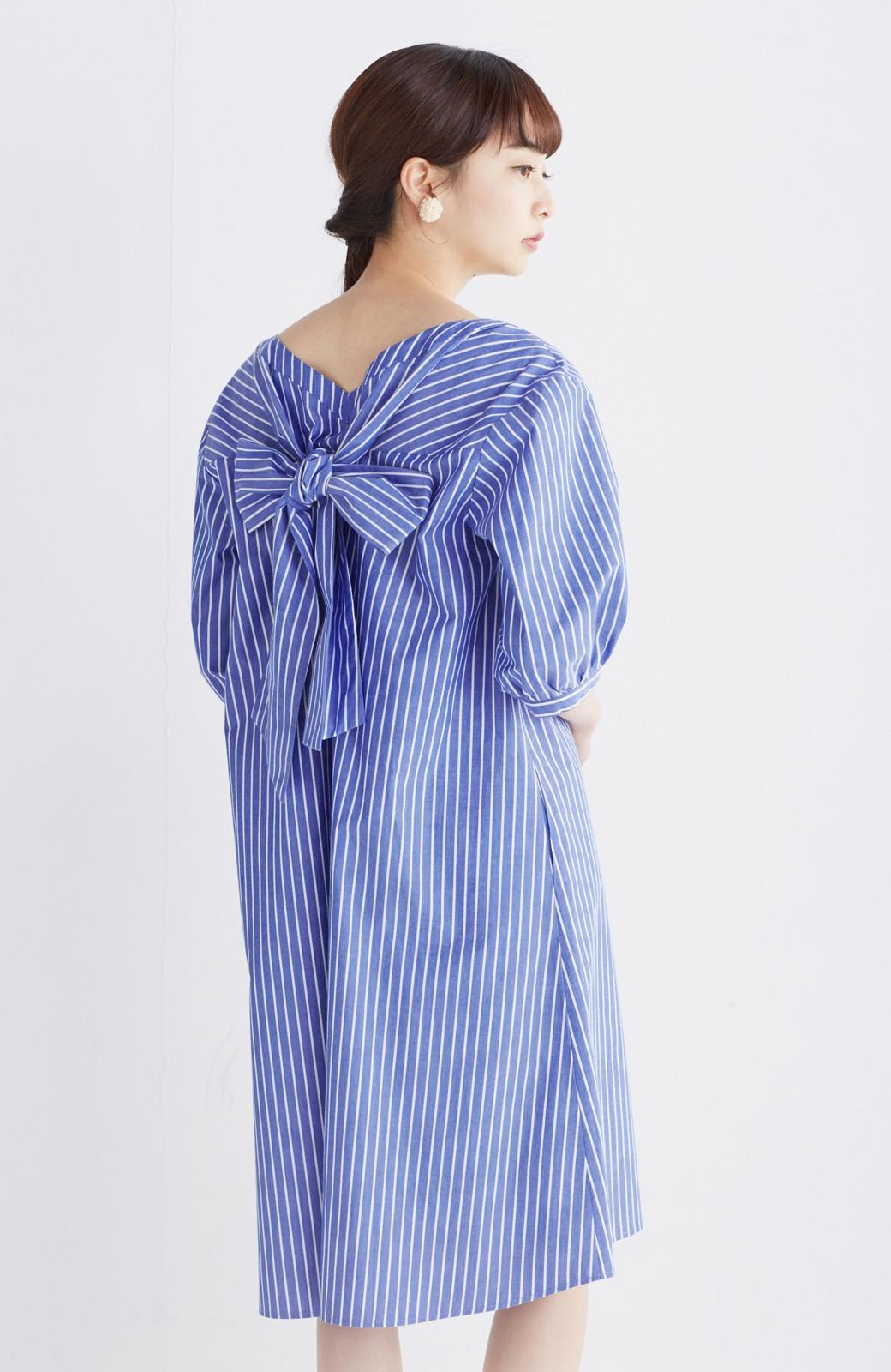 エムトロワ 女らしさは背中から バックリボンのAラインワンピース <ホワイト×ブルー>の商品写真14