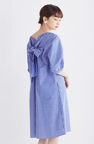 エムトロワ 【mer6月号掲載】女らしさは背中から バックリボンのAラインワンピース <ホワイト×ブルー>の商品写真