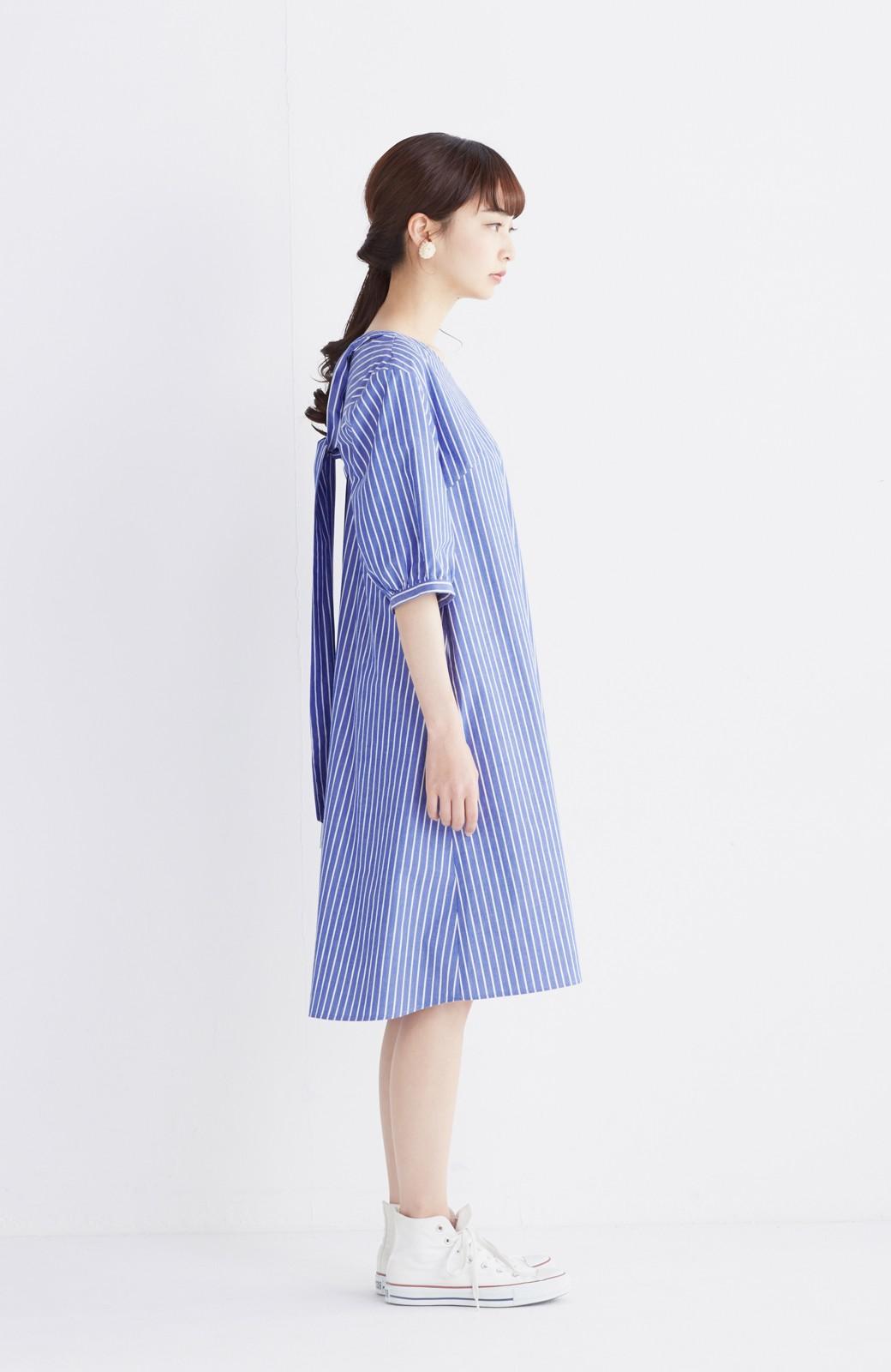 エムトロワ 女らしさは背中から バックリボンのAラインワンピース <ホワイト×ブルー>の商品写真6