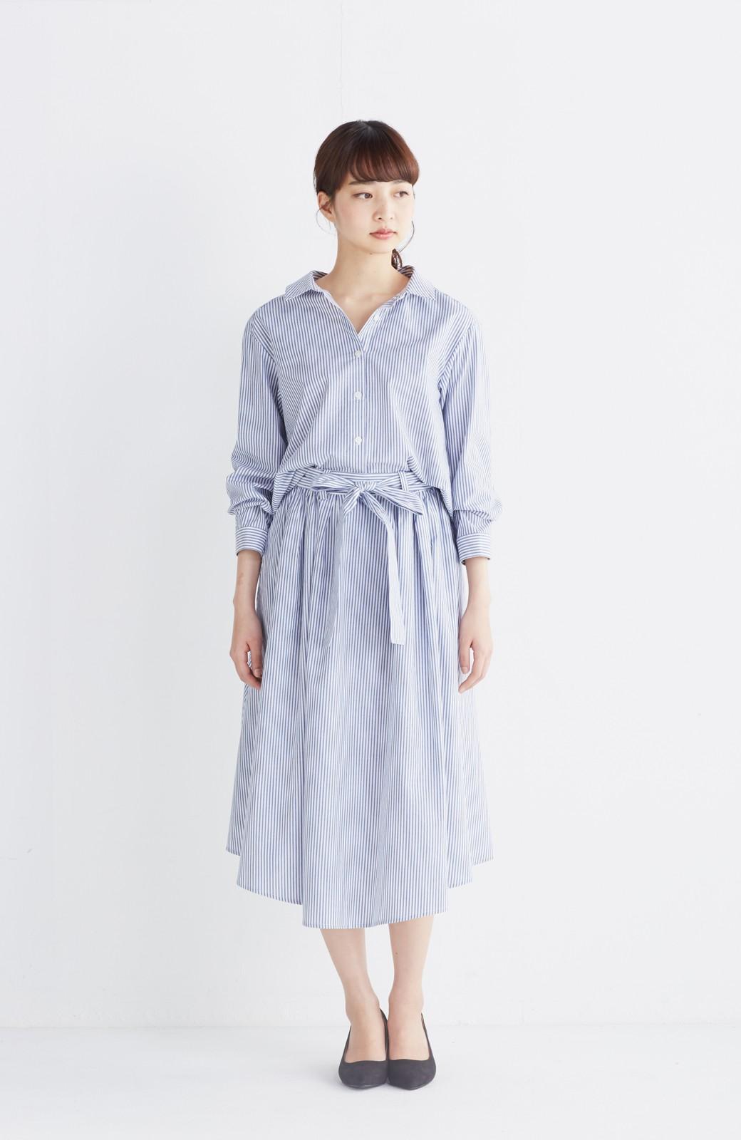 エムトロワ 抜き衿シャツ&ふんわりスカートの総柄セットアップ <ホワイト×ブルー>の商品写真4