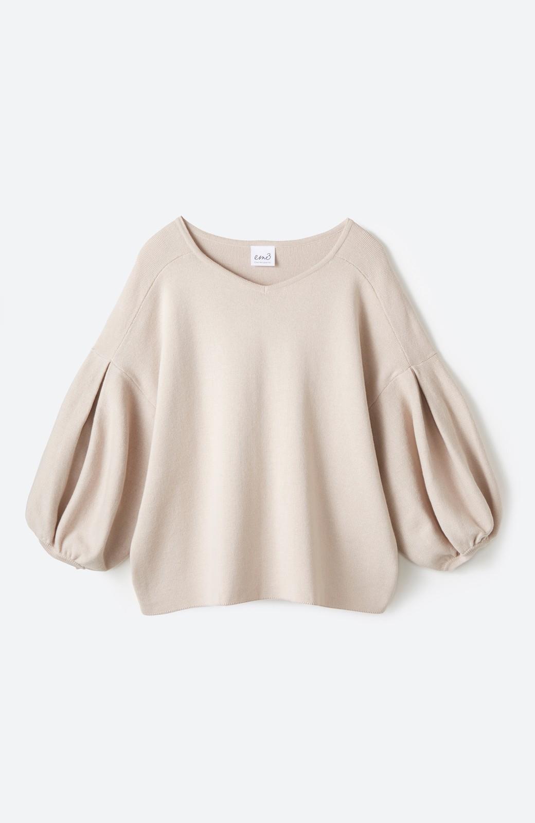 エムトロワ パッと着るだけで上品&今気分 きれいめ総針編みのぷっくり袖ニット <ベージュ>の商品写真1