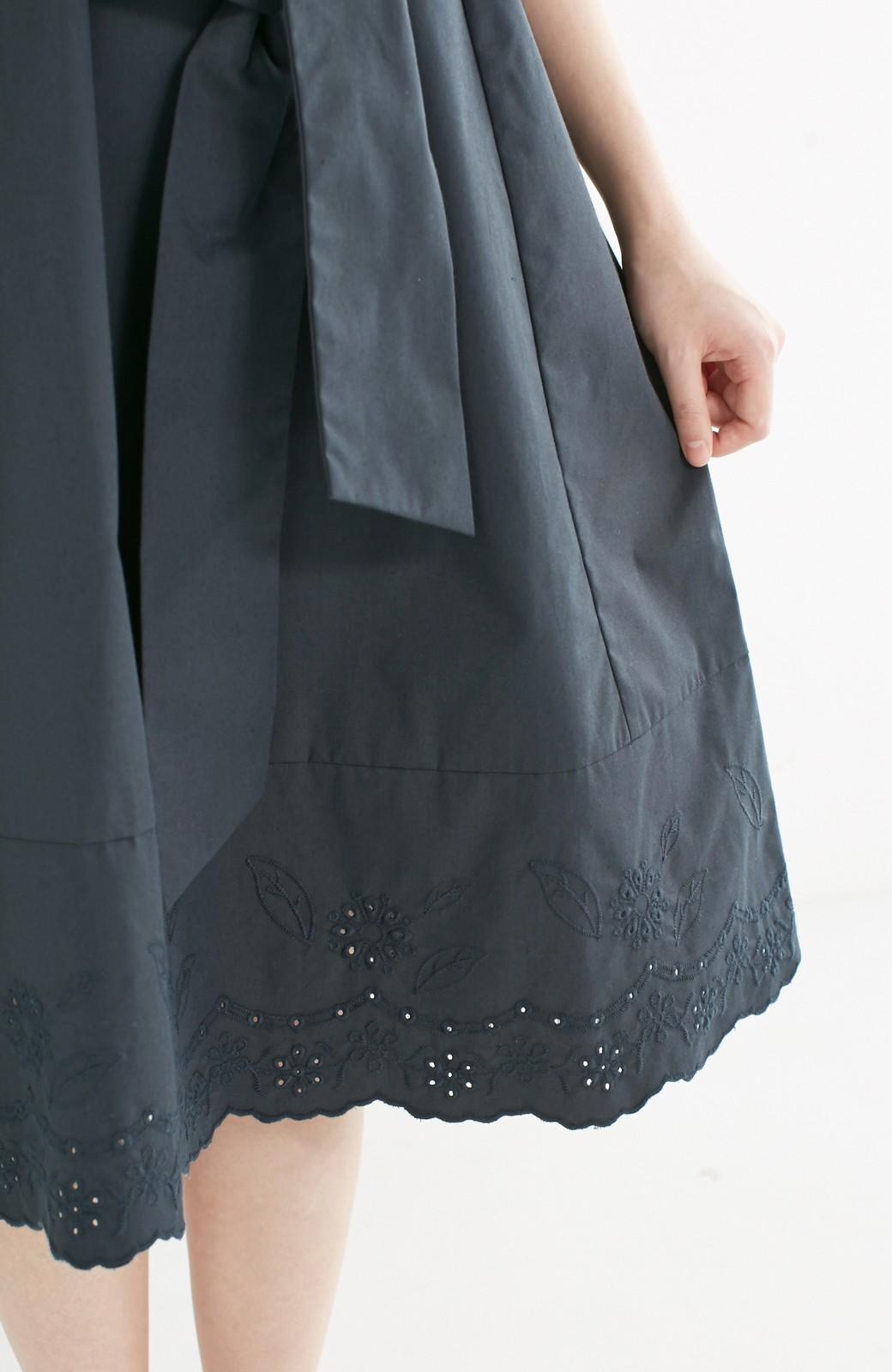 エムトロワ ぱっと着るだけできちんとお嬢さんなフロントリボンのカットワーク刺しゅうワンピース <チャコール>の商品写真13