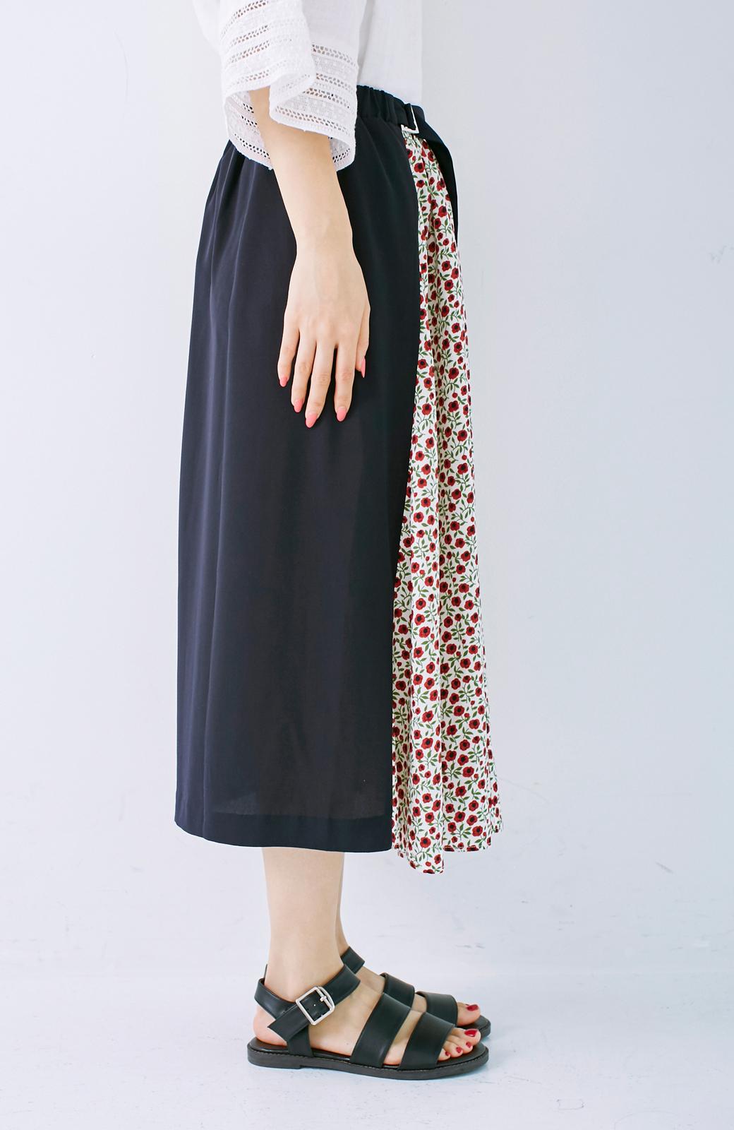 エムトロワ 大人っぽく柄を楽しめる 花柄&カラーコンビのフレアースカート <ネイビー>の商品写真4