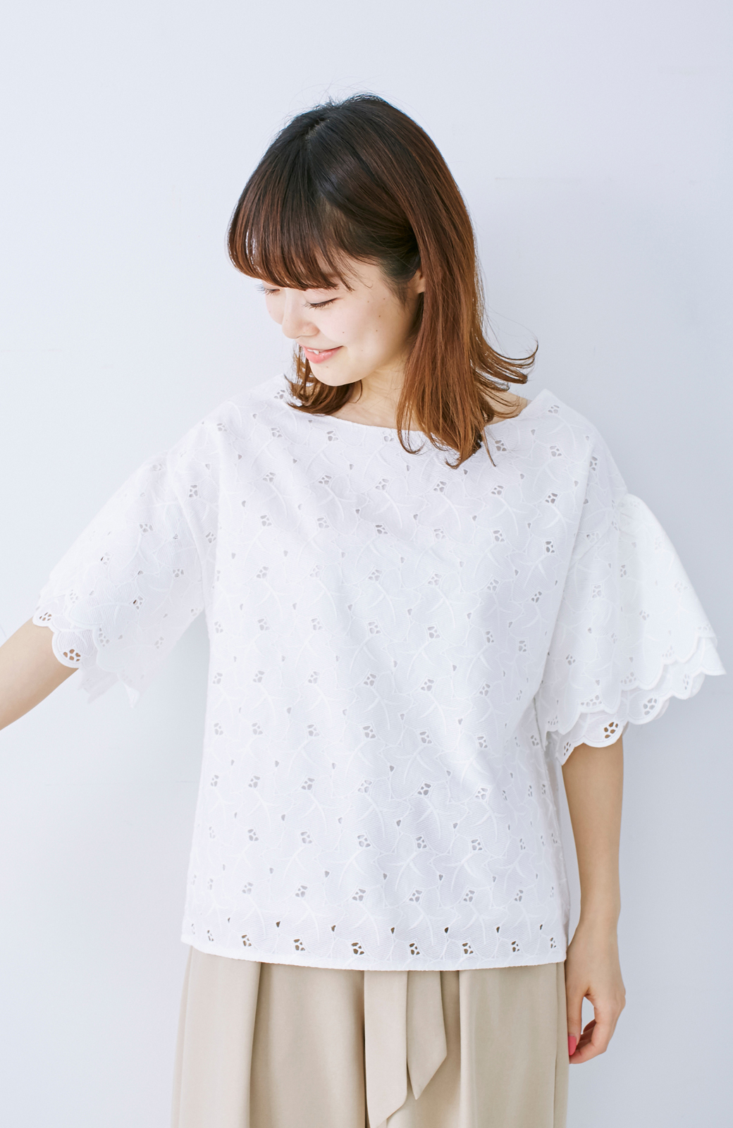 エムトロワ Tシャツ感覚で着られる フラワーレースのティアードスリーブトップス <ホワイト>の商品写真1