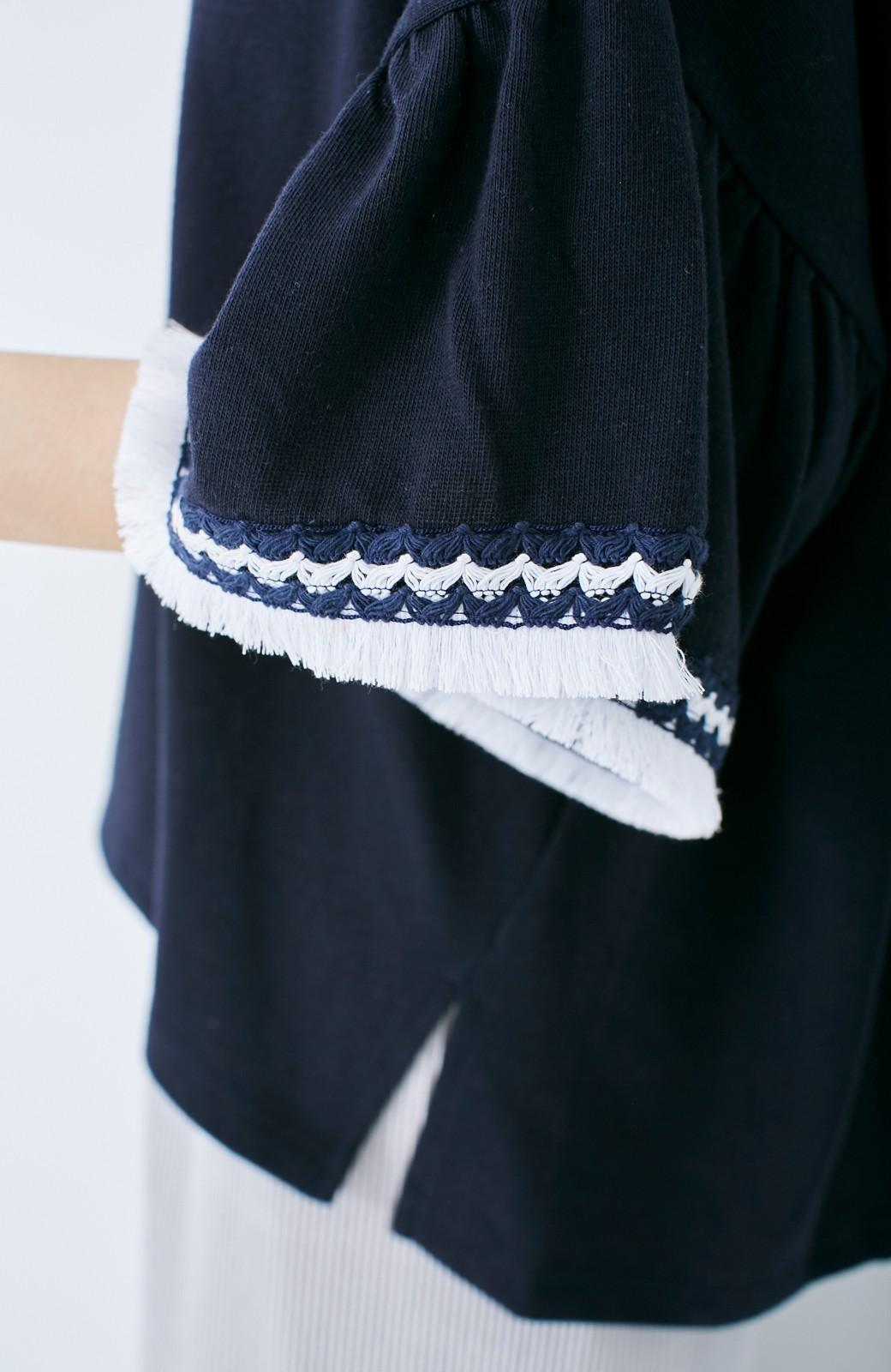 エムトロワ 女らしくフリンジを楽しむ Vネックふんわり袖トップス <ネイビー>の商品写真4