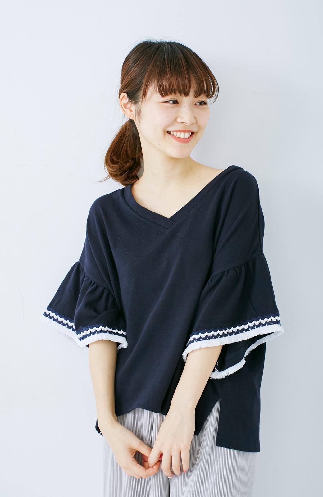 エムトロワ 女らしくフリンジを楽しむ Vネックふんわり袖トップス <ネイビー>の商品写真1