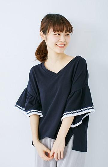 エムトロワ 女らしくフリンジを楽しむ Vネックふんわり袖トップス <ネイビー>の商品写真