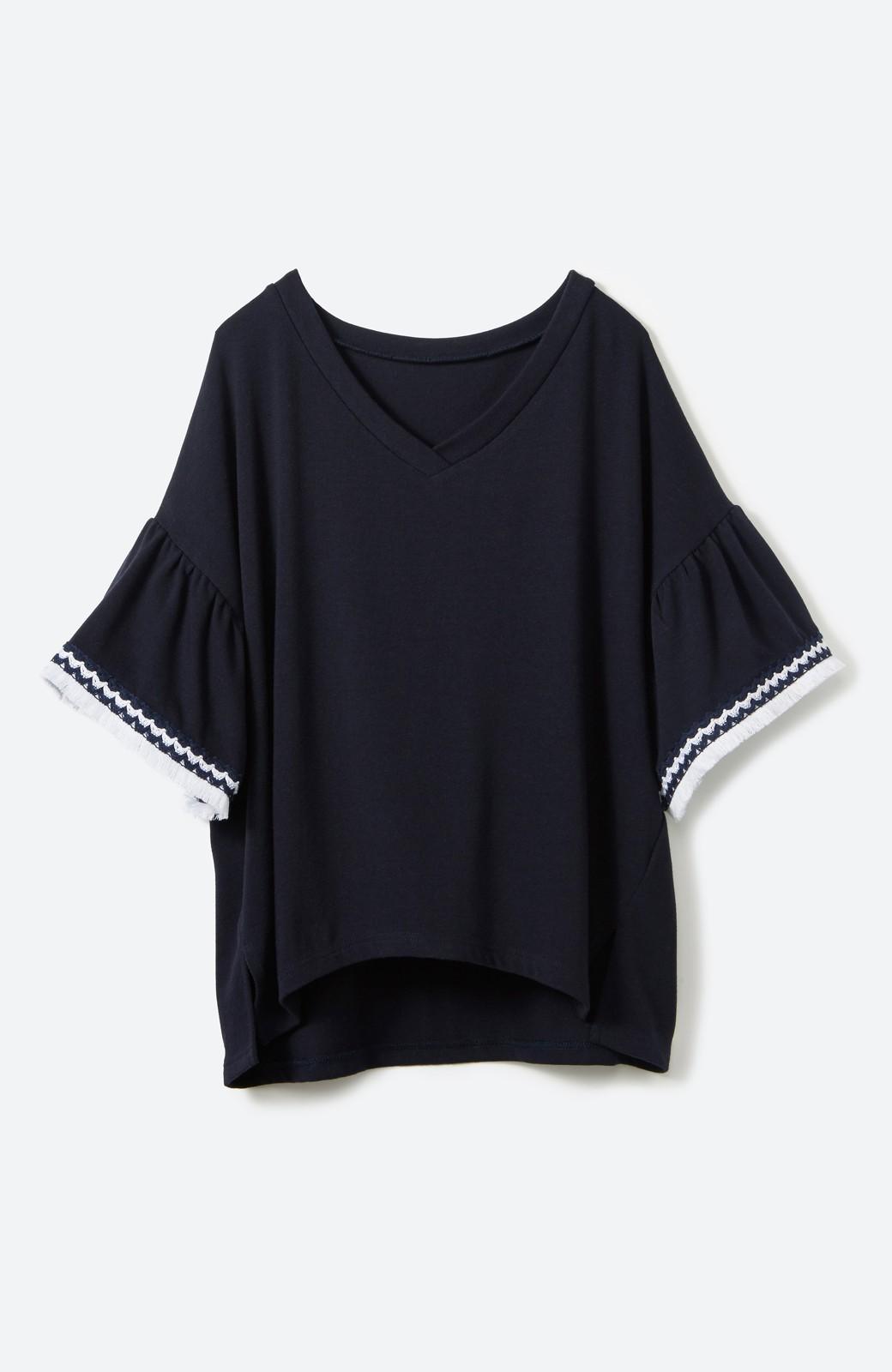 エムトロワ 女らしくフリンジを楽しむ Vネックふんわり袖トップス <ネイビー>の商品写真2
