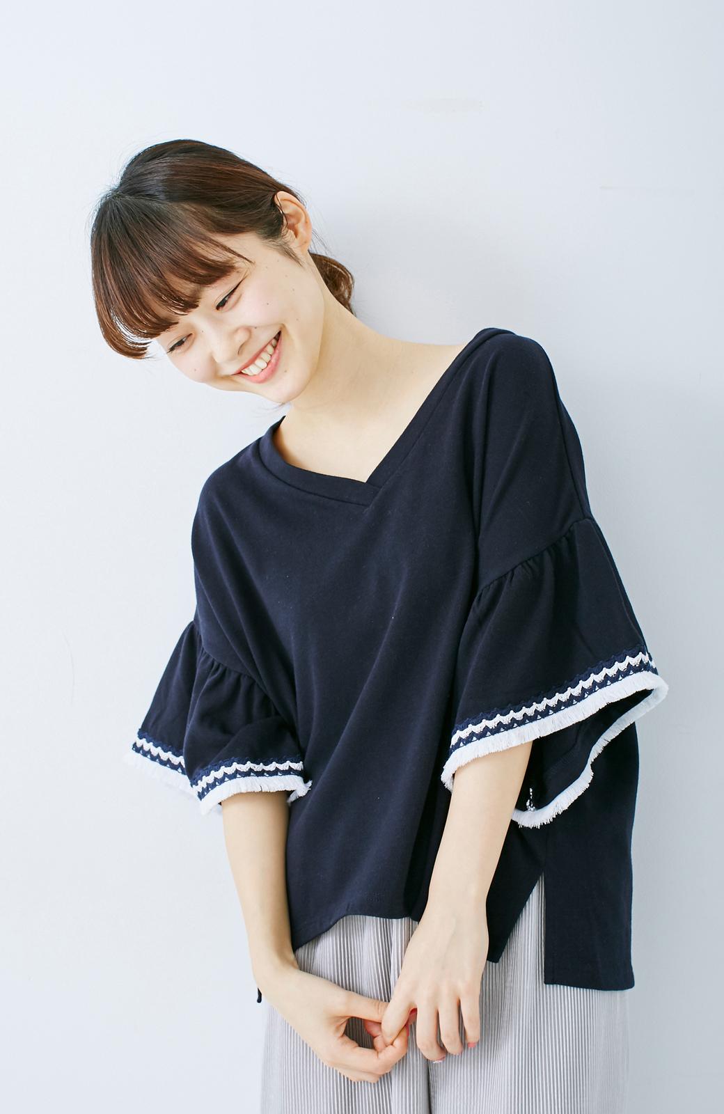 エムトロワ 女らしくフリンジを楽しむ Vネックふんわり袖トップス <ネイビー>の商品写真7