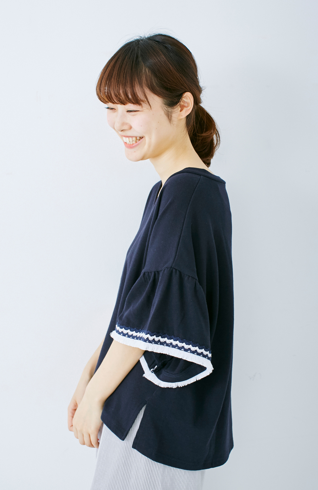 エムトロワ 女らしくフリンジを楽しむ Vネックふんわり袖トップス <ネイビー>の商品写真8