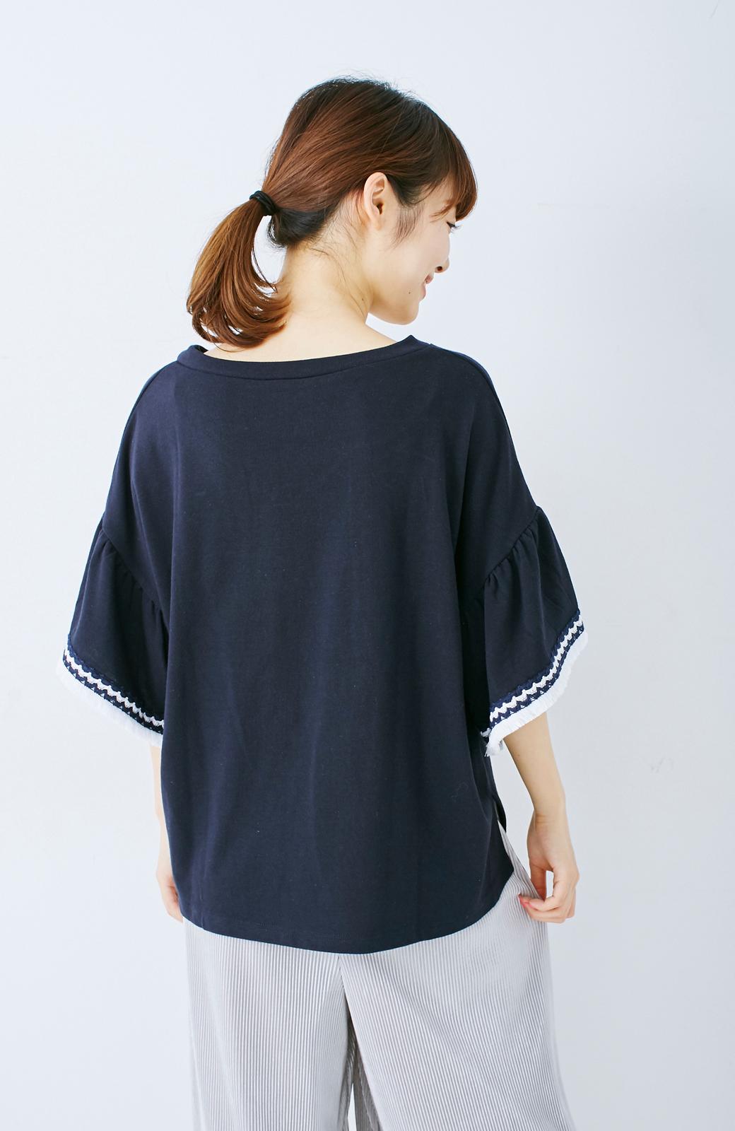 エムトロワ 女らしくフリンジを楽しむ Vネックふんわり袖トップス <ネイビー>の商品写真9