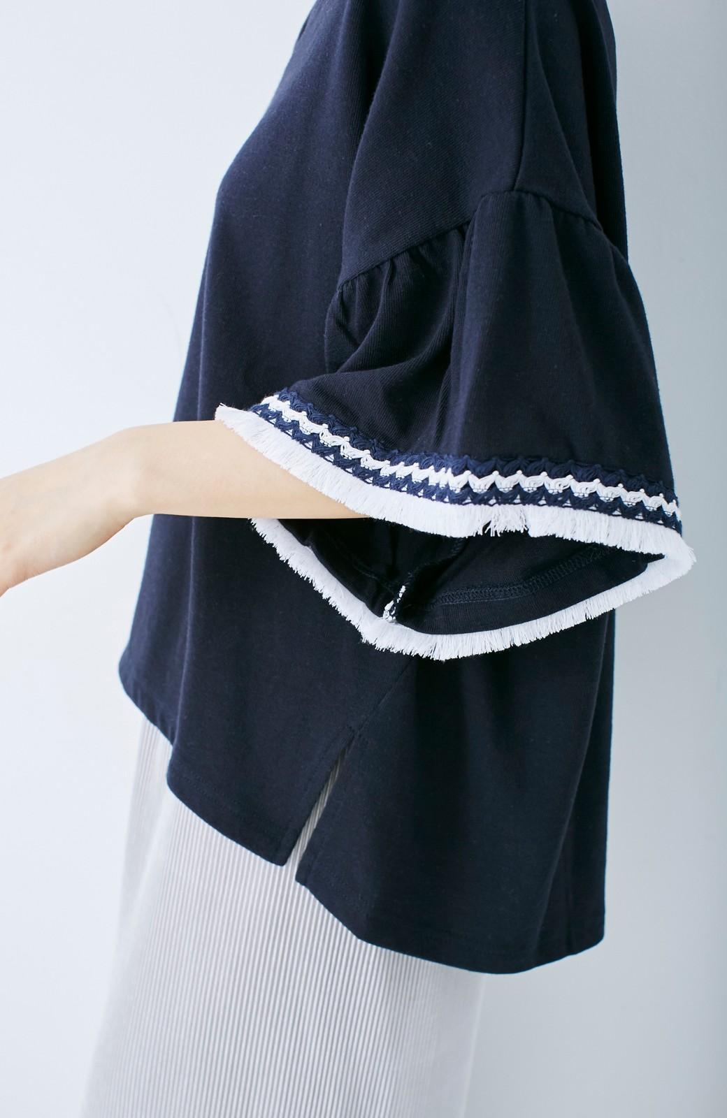 エムトロワ 女らしくフリンジを楽しむ Vネックふんわり袖トップス <ネイビー>の商品写真10