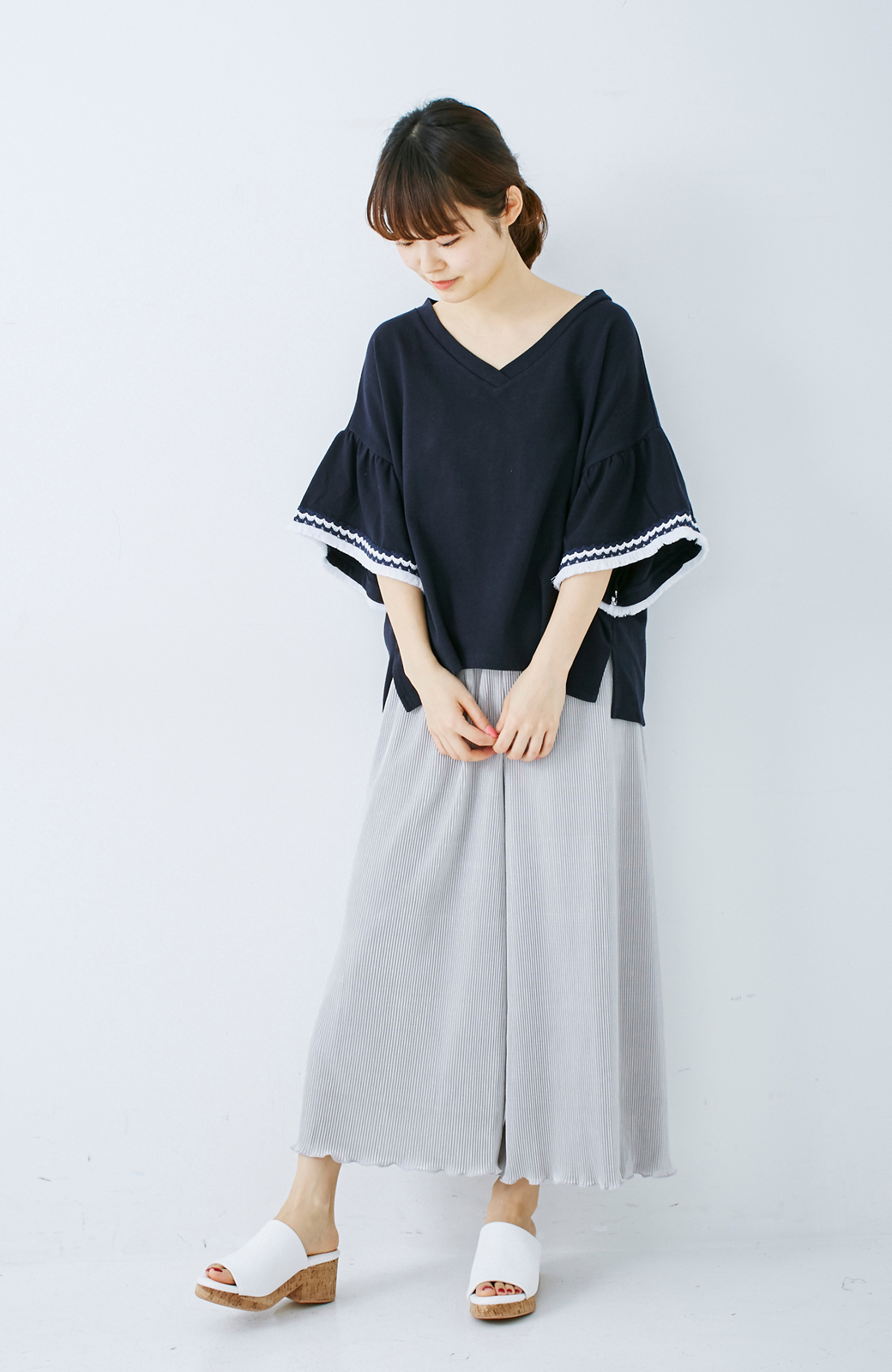 エムトロワ 女らしくフリンジを楽しむ Vネックふんわり袖トップス <ネイビー>の商品写真5