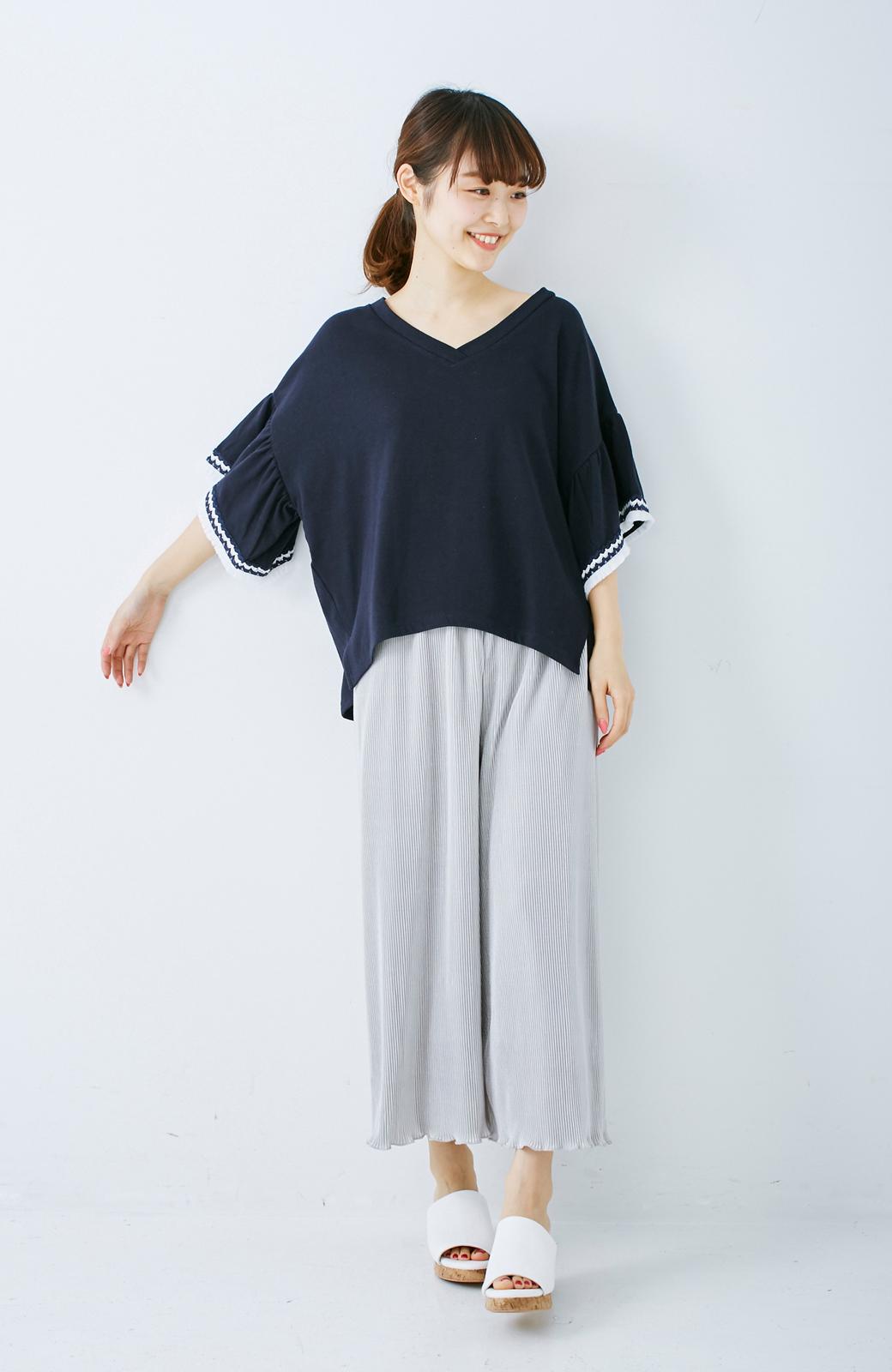 エムトロワ 女らしくフリンジを楽しむ Vネックふんわり袖トップス <ネイビー>の商品写真6