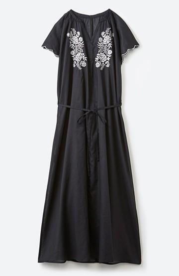 エムトロワ スカラップ袖の刺しゅうふんわりワンピース <ブラック>の商品写真