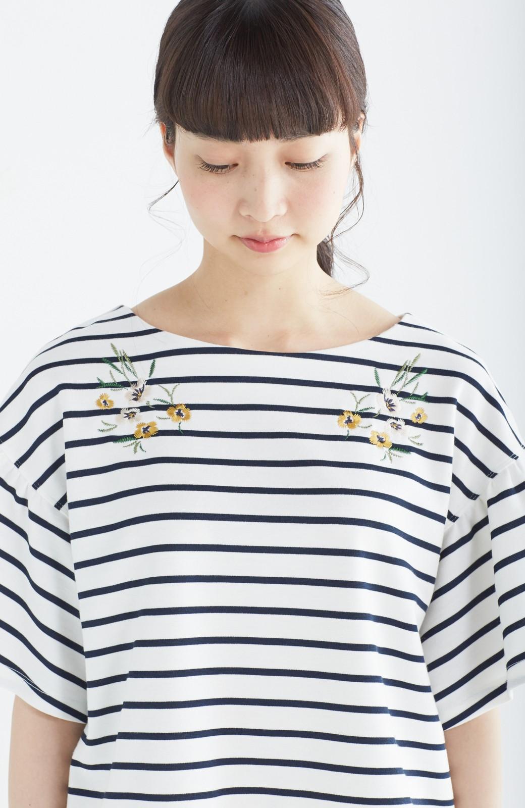 nusy 蜂とパンジー刺しゅうのふんわり袖ボーダートップス <ホワイト×ネイビー>の商品写真3