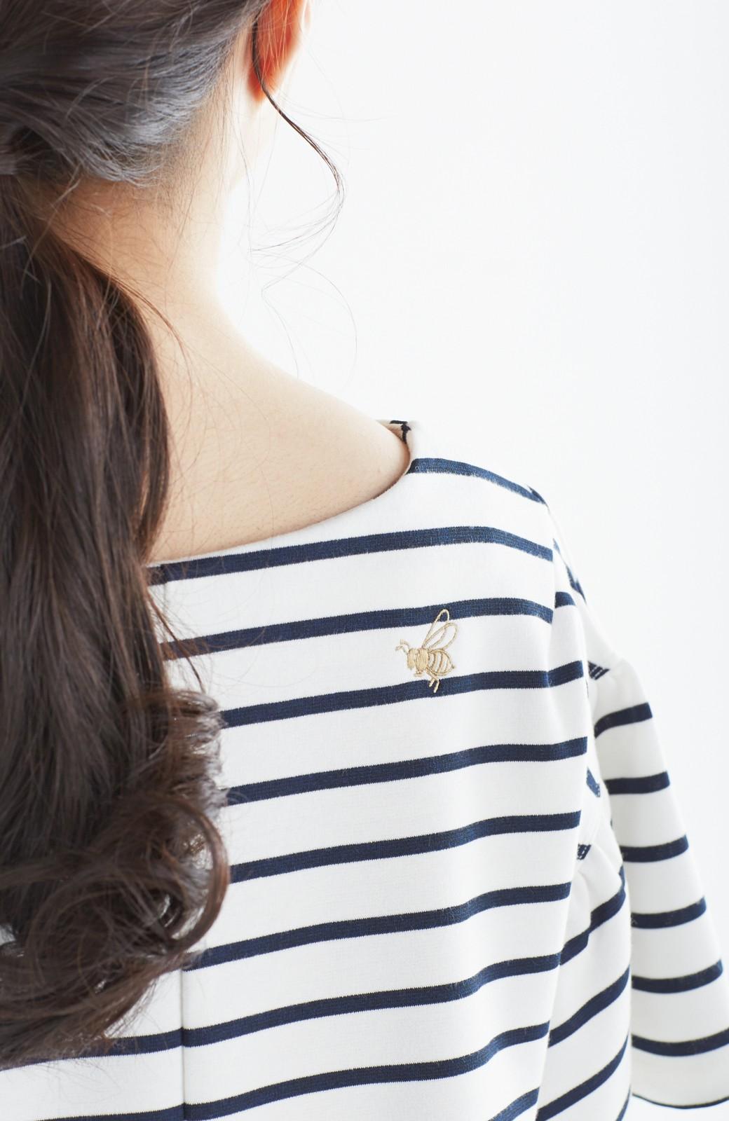 nusy 蜂とパンジー刺しゅうのふんわり袖ボーダートップス <ホワイト×ネイビー>の商品写真4