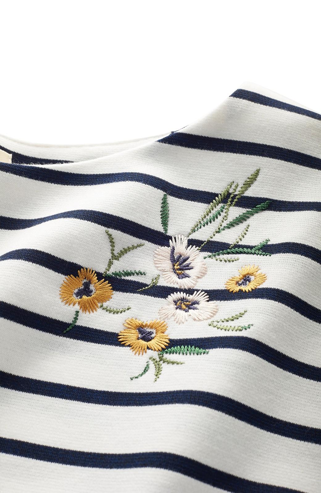 nusy 蜂とパンジー刺しゅうのふんわり袖ボーダートップス <ホワイト×ネイビー>の商品写真2