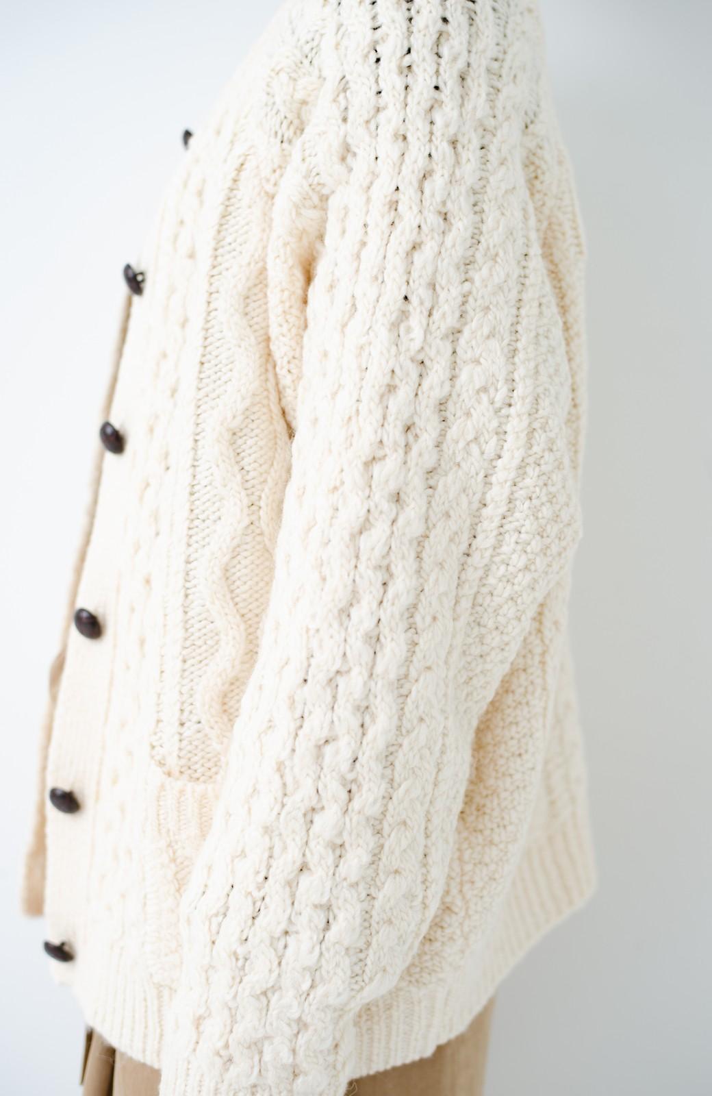 haco! 古着屋さんで見つけたようなもっふりケーブル編みカーディガン <オフホワイト>の商品写真3