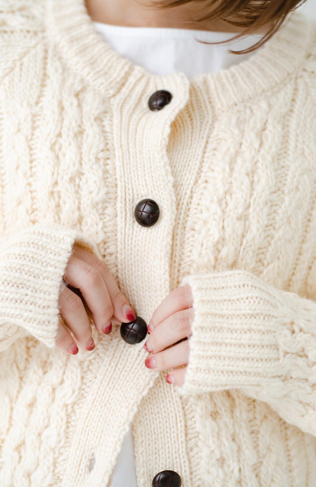 haco! 古着屋さんで見つけたようなもっふりケーブル編みカーディガン <オフホワイト>の商品写真4